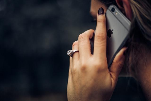 Appel téléphonique à un voyant
